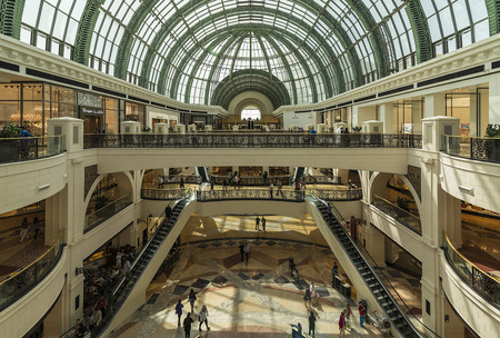 Photo pour DUBAI, UAE - MARCH 10: Large atrium in the Mall of the Emirates on March 10, 2016 in Dubai. Mall of the Emirates is a shopping mall in the Al Barsha district of Dubai. - image libre de droit