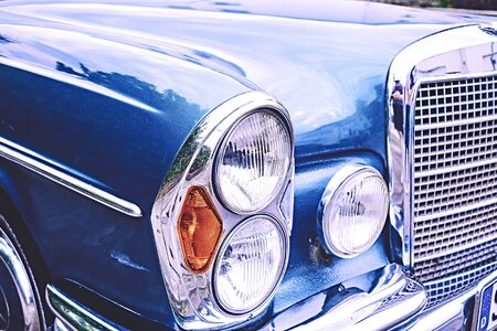 Photo pour Old vintage car in blue with grille and lamps with lots of chrome - image libre de droit