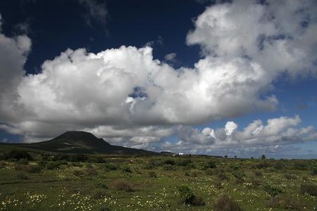 EUROPA, SPANIEN, ATLANTISCHER OZEAN, KANAISCHE INSELN, KANAREN, LANZAROTE, INSEL, , LANDSCHAFT, VULKAN, BERGE, NATUR, WETTER,Die Landschaft mit Vulkanischen Huegel auf der Insel Lanzarote auf den Kanarischen Inseln.  (KEYSTONE/Urs Flueeler)