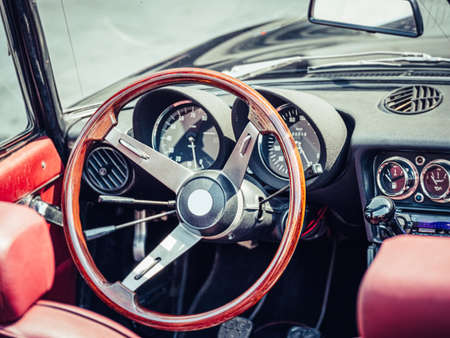 Photo pour The steering wheel and dashboard of an antique classic car - image libre de droit