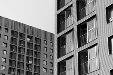 Photo pour Multistorey new large apartment built of reinforced concrete. Under some Windows there is a platform for air conditioners. - image libre de droit