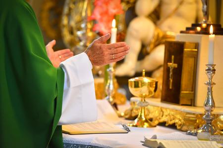 Photo pour Pastor hands on altar - image libre de droit