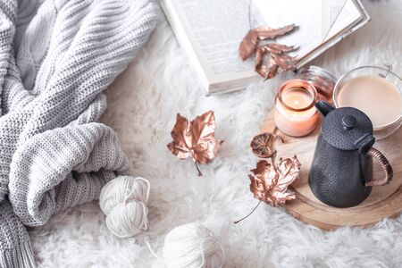 Foto de Autumn-winter cozy home still Life with a Cup of hot drink. The view from the top. The concept of home atmosphere and decor. Autumn - winter theme - Imagen libre de derechos