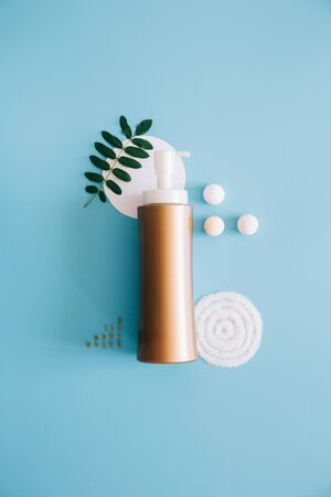 Photo pour Mockup Spa bottles on blue background. Concept natural organic cosmetics, homeopathic cosmetology. Copy space - image libre de droit
