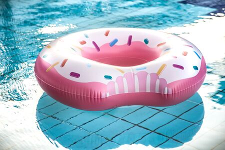 Photo pour Inflatable accessories for swimming in the pool . In the form of inflatable large pink doughnut. The concept of summer vacation. - image libre de droit