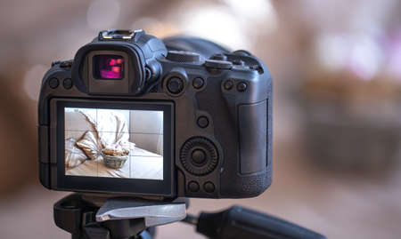 Photo pour Close up professional digital camera on a tripod on a blurred background. The concept of technology for working with photos and videos. - image libre de droit