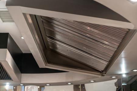 Photo pour Stainless exhaust hood and ventilation for teppanyaki kitchen restaurant. - image libre de droit