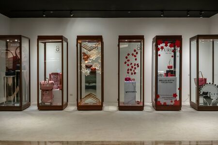 Photo pour Gaysorn Village, Bangkok, Thailand, Oct 25, 2018 : Multi brands of clothing and accessories showcase on hallway. - image libre de droit