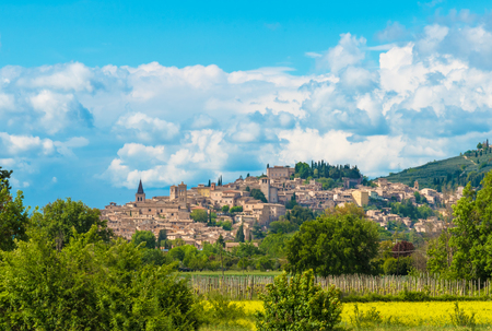 Photo pour Spello (Italy) - The awesome medieval town in Umbria region, central Italy, during the spring. - image libre de droit