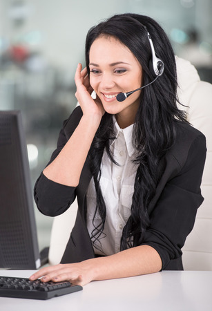 Foto de Attractive young woman is working in a call center. - Imagen libre de derechos