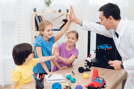 The teacher tells the children during the lesson how the 3D printer works.