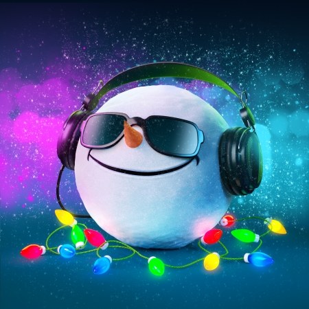Photo pour Funny snowball in the headphones  Christmas party  Musical Background  - image libre de droit