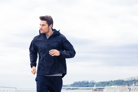 Photo pour Sports man running at the morning outdoors - image libre de droit