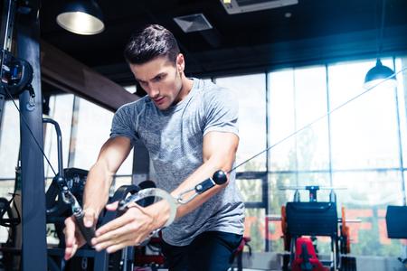 Foto de Portrait of a fitness man workout in gym - Imagen libre de derechos