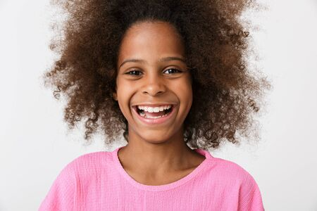 Photo pour Image of a happy laughing young african girl kid posing isolated over white wall background. - image libre de droit