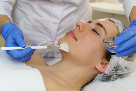 Photo pour Cosmetologist applies moisturizing conductive gel before ultrasonic face cleaning procedure. Spa. Cleansing skin pores and deep moisturizing. - image libre de droit