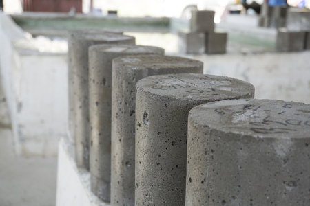 Foto de Wet cylinder concrete sample just take from curing tank - Imagen libre de derechos