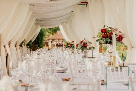 Photo pour Set table at a wedding banquet in the park. - image libre de droit