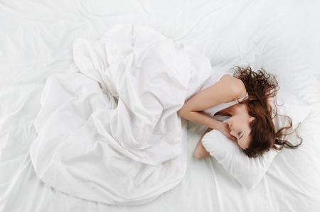 Photo pour woman sleeping on the bed - image libre de droit