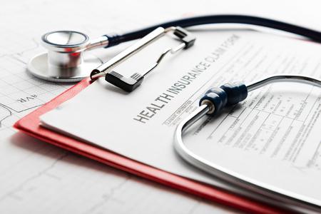 Foto de Health insurance form with stethoscope - Imagen libre de derechos