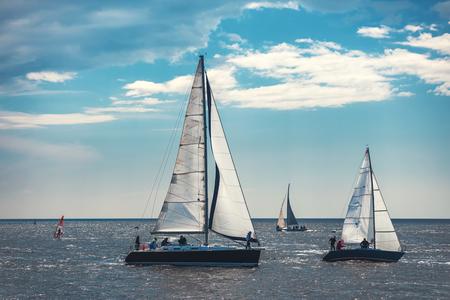 Photo pour Sailing ship yacht with white sails in the sea. - image libre de droit
