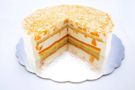Photo pour Mousse cake with mango puree and cream. - image libre de droit