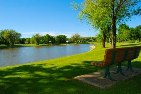 Foto de Park bench overlooking a lake  - Imagen libre de derechos