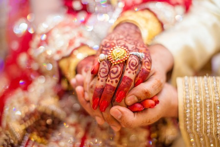 Photo pour Indian wedding hands with gold - image libre de droit