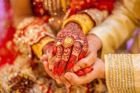Photo pour Indian wedding hands with gold - image libre de droit