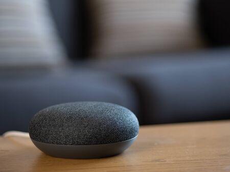 Photo pour smart home voice activated speaker device in living room lounge - image libre de droit