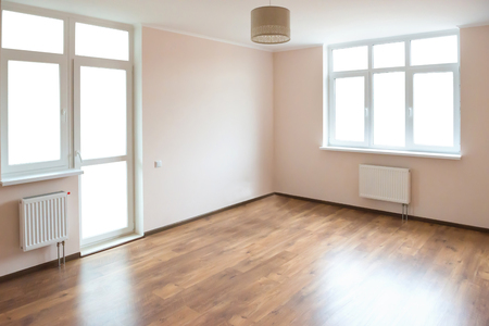 Photo pour Light empty room with big white isolated windows and wooden floor - image libre de droit