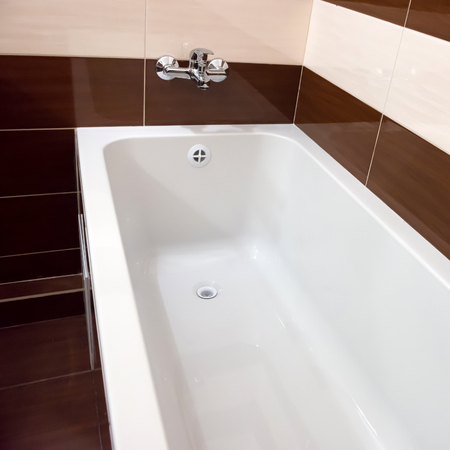 Photo pour White luxury bathtub in bathroom with ceramic interior - image libre de droit