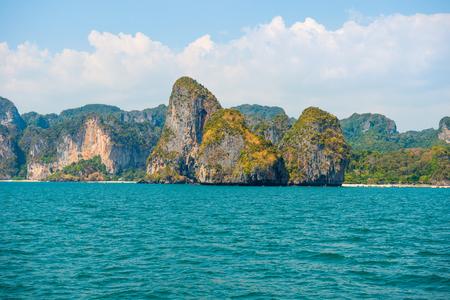 Photo pour Beautiful sea landscape with turquoise water and tropical rock islands - image libre de droit