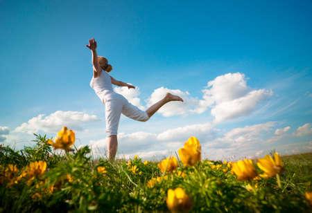 Photo pour a woman practicing yoga outdoor - image libre de droit
