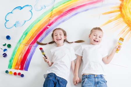 Photo pour kids painting rainbow - image libre de droit