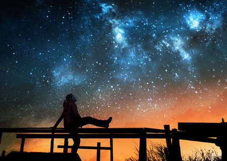 Photo pour Girl watching the stars in night sky - image libre de droit