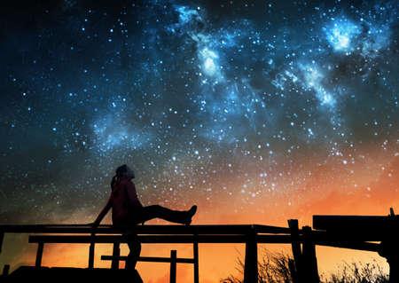 Foto de Girl watching the stars in night sky - Imagen libre de derechos