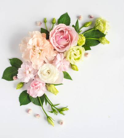 Photo pour Flowers composition with place for text. Frame made of fresh flowers. Flat lay, top view - image libre de droit