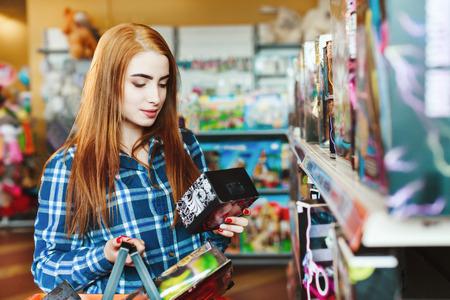 Foto de Beautiful girl with long brown hair shopping at store - Imagen libre de derechos