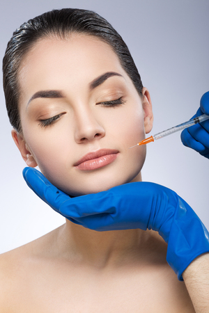 Photo pour Young woman having beauty injection - image libre de droit