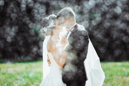 Foto de Bridegroom and bride under heavy rain - Imagen libre de derechos
