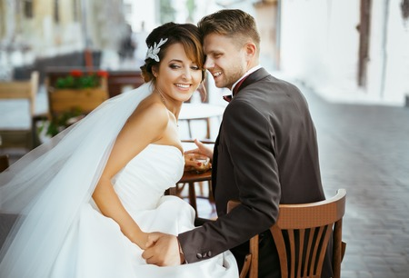 Foto de Bride and groom sitting on chairs - Imagen libre de derechos