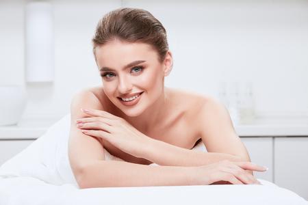 Photo pour Perfect girl doing skin treatment - image libre de droit