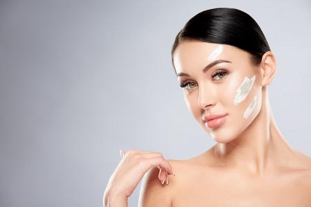 Photo pour Pretty girl with white clay on face - image libre de droit