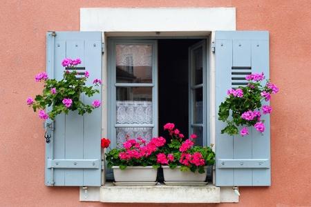 Foto de Window box flower arrangement, Burgundy, France - Imagen libre de derechos