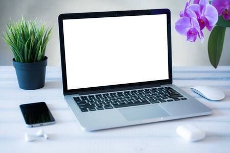 Photo pour Laptop computer white blank screen on work table front view. Copy space, home and office workspace concept, laptop mockup. - image libre de droit
