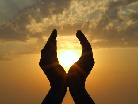Photo pour hands holding the sun at dawn - image libre de droit