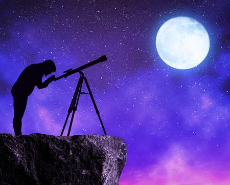 Foto de Silhouette the women looking at the stars sky with telescope. - Imagen libre de derechos