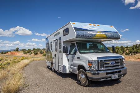 Photo pour RV along highway 12 in Utah, USA - image libre de droit