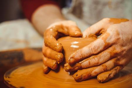 Foto de Potter at work. makes a jug out of clay - Imagen libre de derechos